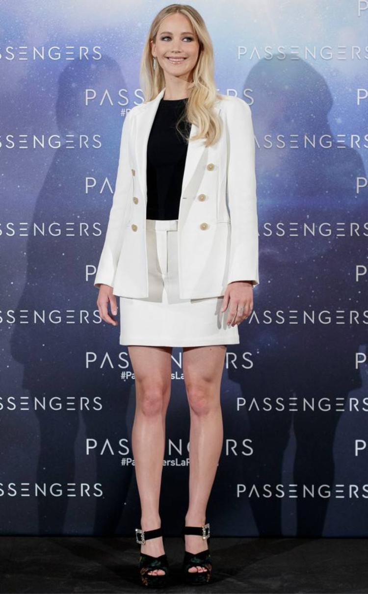Jennifer Lawrence phối hợp bộ váy vest cách điệu màu trắng trong bộ sưu tập Xuân Hè 2017 của Phillip Lim với áo thun ôm đen và đôi cao gót cùng tông. Trông cô thật rạng rỡ và cuốn hút