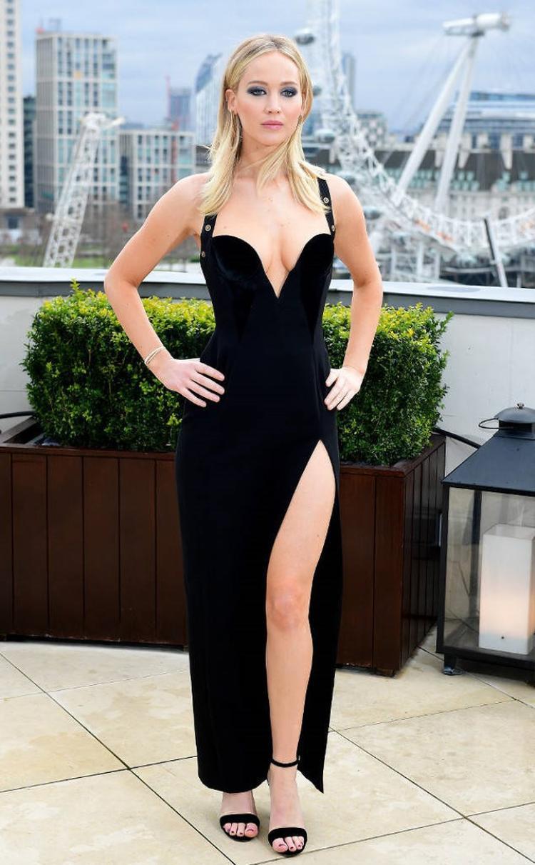 """Xuất hiện tại sự kiện quảng bá bộ phim mới """"Red Sparrow"""" tại London, Jennifer diện bộ váy nhung đen, cắt xẻ táo bạo. Thiết kế đầm được lấy cảm hứng từ bộ váy Versace nổi tiếng mà nữ minh tinh người Anh Elizabeth Hurley từng diện"""