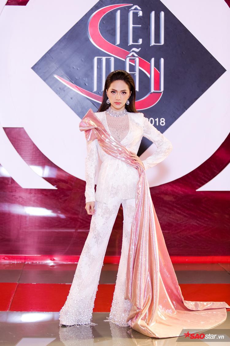 Dạo gần đây, Hương Giang có niềm yêu thích đặc biệt với các thiết kế vest suit.