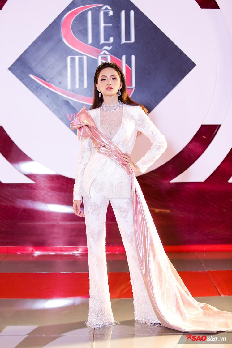 Với thần thái đỉnh cao và kinh nghiệm chinh chiến trên các đấu trường nhan sắc, Hương Giang được nhiều kỳ vọng sẽ làm nên chuyện trên cương vị HVL Siêu mẫu năm nay.