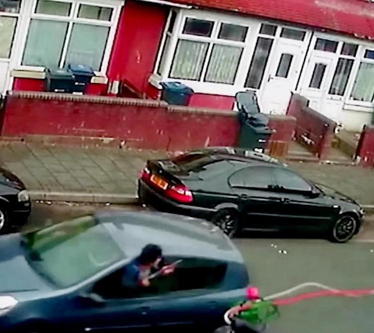 Nam thanh niên nổ súng khi đang ở trong xe hơi.