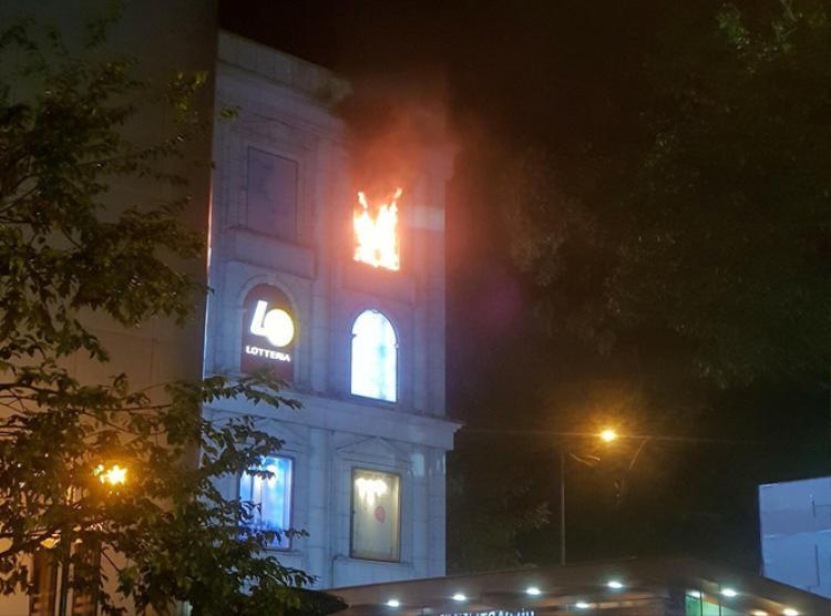 Lửa bùng cháy ở tòa nhà. Ảnh: B.Đ.