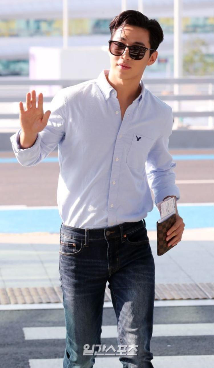 Park Seo Joon đi dép xỏ ngón đụng độ con nhà tài phiệt đời thực Henry Lau tại sân bay