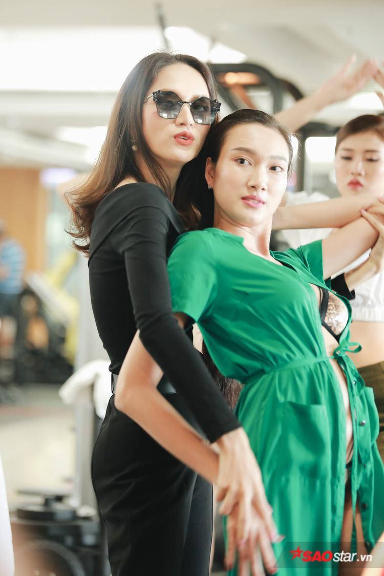 Phương Hà được Hoa hậu Quốc tế chủ động hướng dẫn cách tạo dáng, đặt tay để có được những shoot ảnh đẹp.