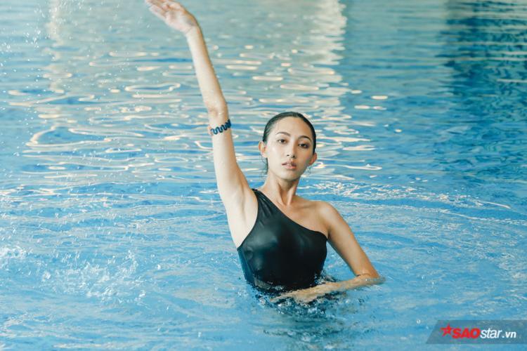 Sau phần tập luyện giải phóng hình thể, các thí sinh tiếp tục xuống hồ bơi để thử thách bản thân cùng màn pose dáng dưới nước.