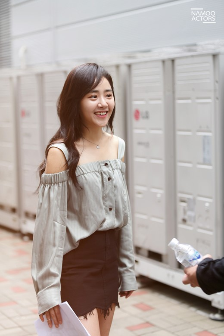 Moonie là diễn viên thuộc công ty giải trí Namoo Actors, nơi quản lý các loạt sao đình đám như Park Min Young, Lee Jun Ki, Ji Sung, Kim Hyang Gi, Kim So Yeon, Moon Chae Won….