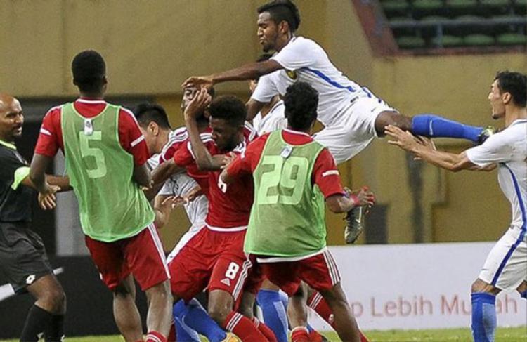 Các cầu thủ của u23 UAE và U23 Malaysia ẩu đả với nhau rất dữ dội.