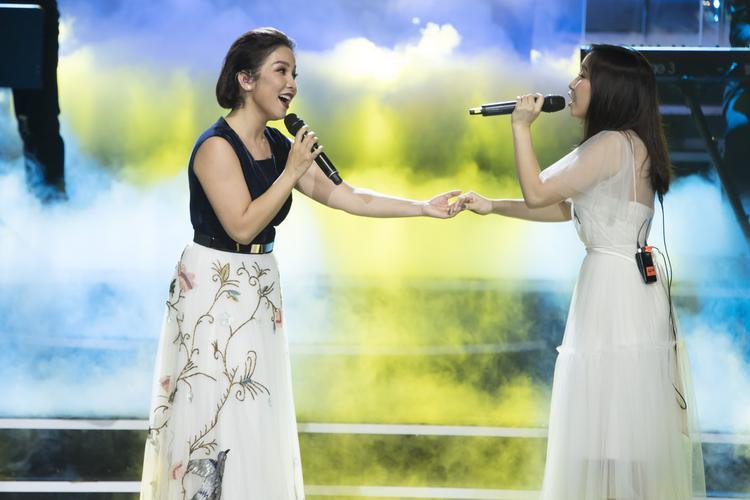 Song ca cùng con gái Mỹ Anh như những người đồng nghiệp trong những bản nhạc lắng đọng, đầy cảm xúc.