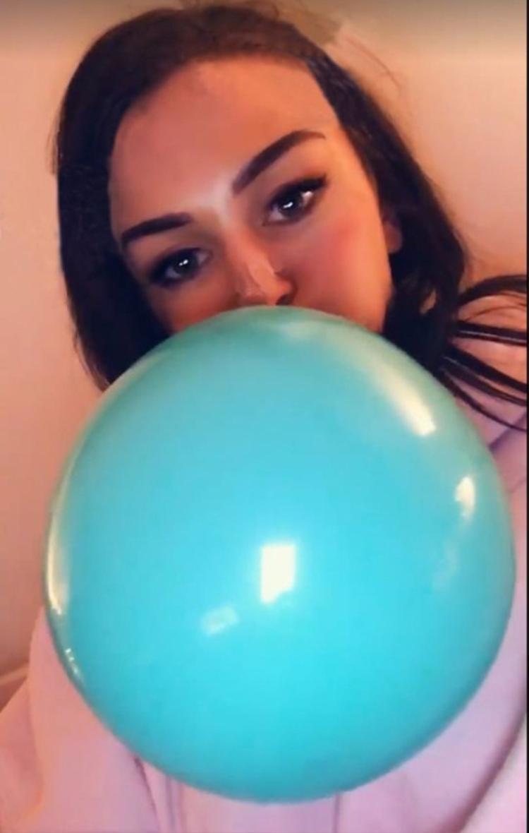 Olivia đã hít 15 quả bóng cười vào ngày cuối tuần. Ảnh: Metro