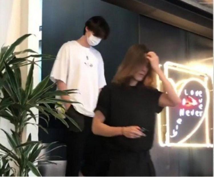 Phản ứng của khán giả Hàn với fancam Kim Woo Bin nuôi tóc dài ngang vai hẹn hò cùng Lee Jong Suk tại quán cà phê