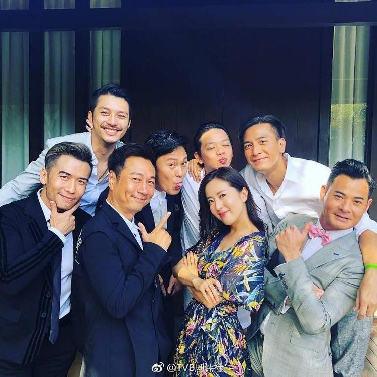 Đường Thi Vịnh tạo dáng nhí nhảnh bên các nam tài tử nổi tiếng của TVB như Mã Quốc Minh, Lê Diệu Tường, Huỳnh Trí Hiền,…