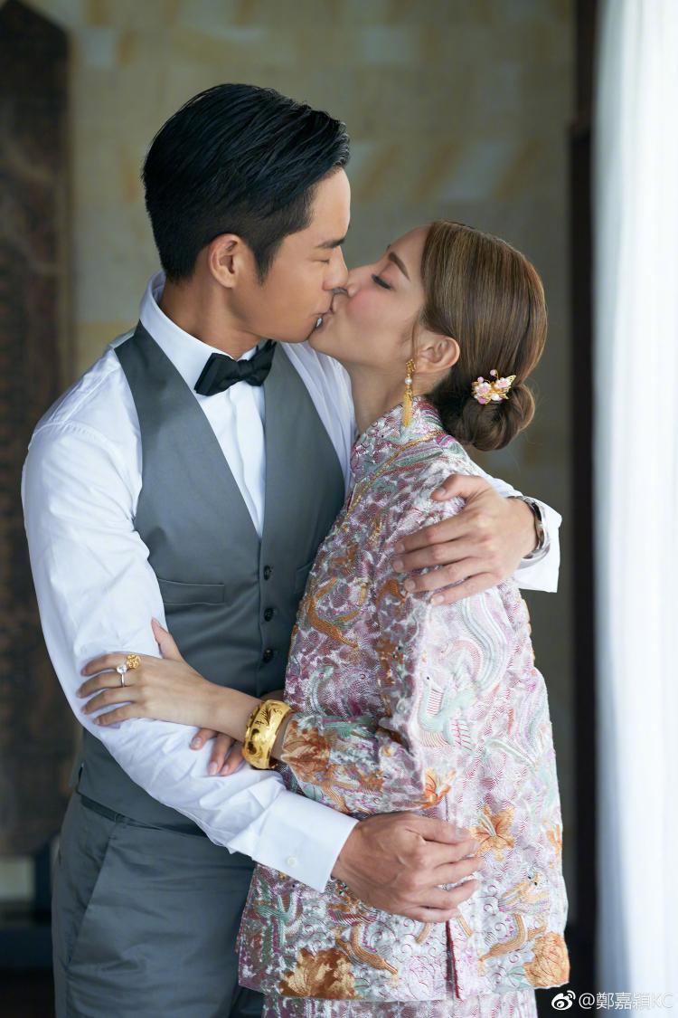 Cả hai trao nhau nụ hôn ngọt ngào trước sự chứng kiến của nhiều người
