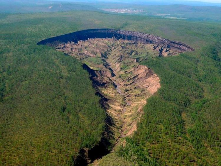 Hố Batagaika là một hố sụt rỗng rất lớn hình thành do lớp đất đóng băng vĩnh cửu tan chảy. Ảnh: The Sun