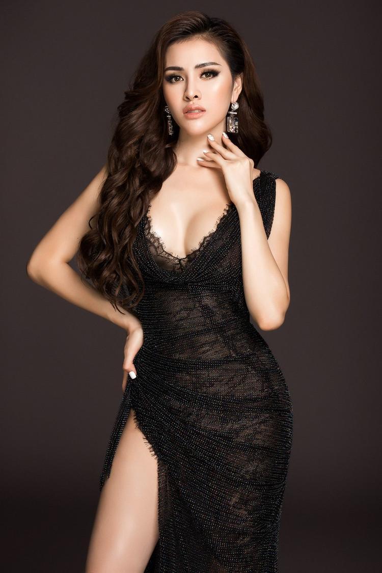 Ngoài đời, Thư Dung sở hữu chiều cao 1m70, vóc dáng đẹp và gương mặt khả ái. Cô cũng là một người đẹp có phong cách khá táo bạo, nóng bỏng..