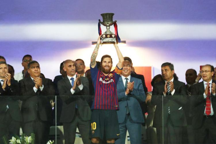 Messi nâng cao danh hiệu đầu tiên của Barca ở mùa giải mới.