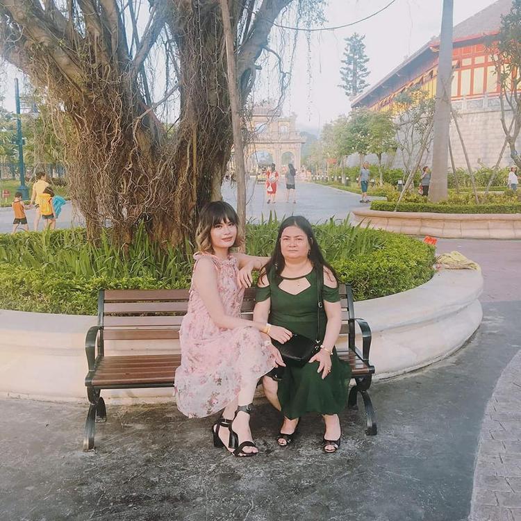 Hà chụp ảnh cùng mẹ