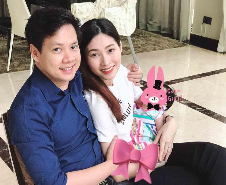 Hình ảnh Đặng Thu Thảo và con gái Sophie chụp ảnh bên cạnh bố Trung Tín.