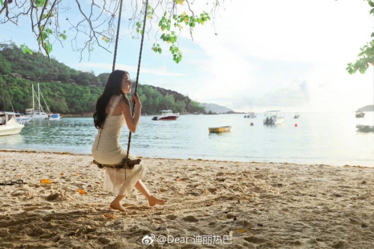 Hình ảnh ngọt ngào và trong sáng của Địch Lệ Nhiệt Ba tại nơi cô nàng nghỉ dưỡng.