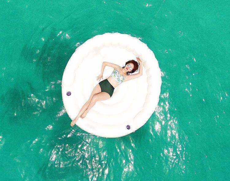 Một bộ đồ bơi hai mảnh hiếm hoi của Bảo Thy với thiết kế quần cạp cao cổ điển, tôn dáng mà không phản cảm.