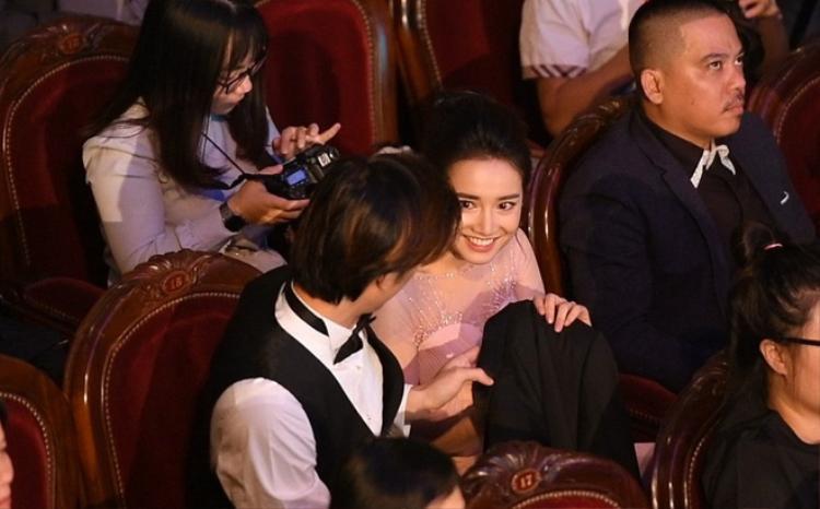 Sau ồn ào với Nam Em, Nhã Phương xuất hiện tin đồn hẹn hò bạn diễn Nhan Phúc Vinh, cặp đôi cùng xuất hiện thân thiết trong lễ trao giải Cánh Diều tại Hà Nội.