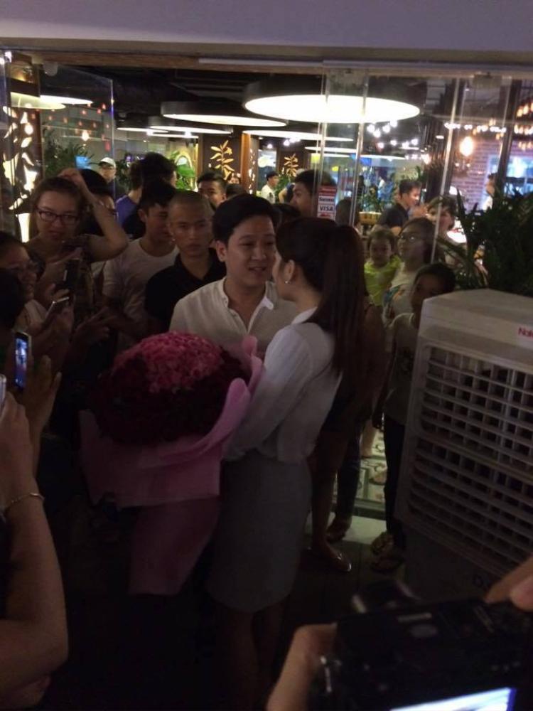 """Tháng 7/2016 là thời điểm cặp đôi đã yêu nhau được 1 năm. Trường Giangđã đến thăm Nhã Phương tại trường quay bộ phim Tuổi thanh xuân 2 và tặng cô một bó hoa lớn kèm lời xin lỗi """"vì đã làm em khóc nhiều trong một năm qua""""."""
