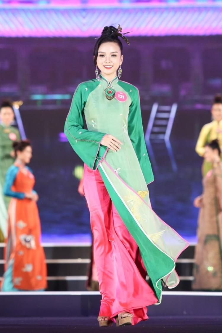 Trong khi đó, Vũ Hoàng Thảo Vy - em gái ruột của Nữ hoàng sắc đẹp Vũ Hoàng Điệp xuất sắc lọt top ba Người đẹp du lịch tại cuộc thi Hoa hậu Việt Nam 2018.