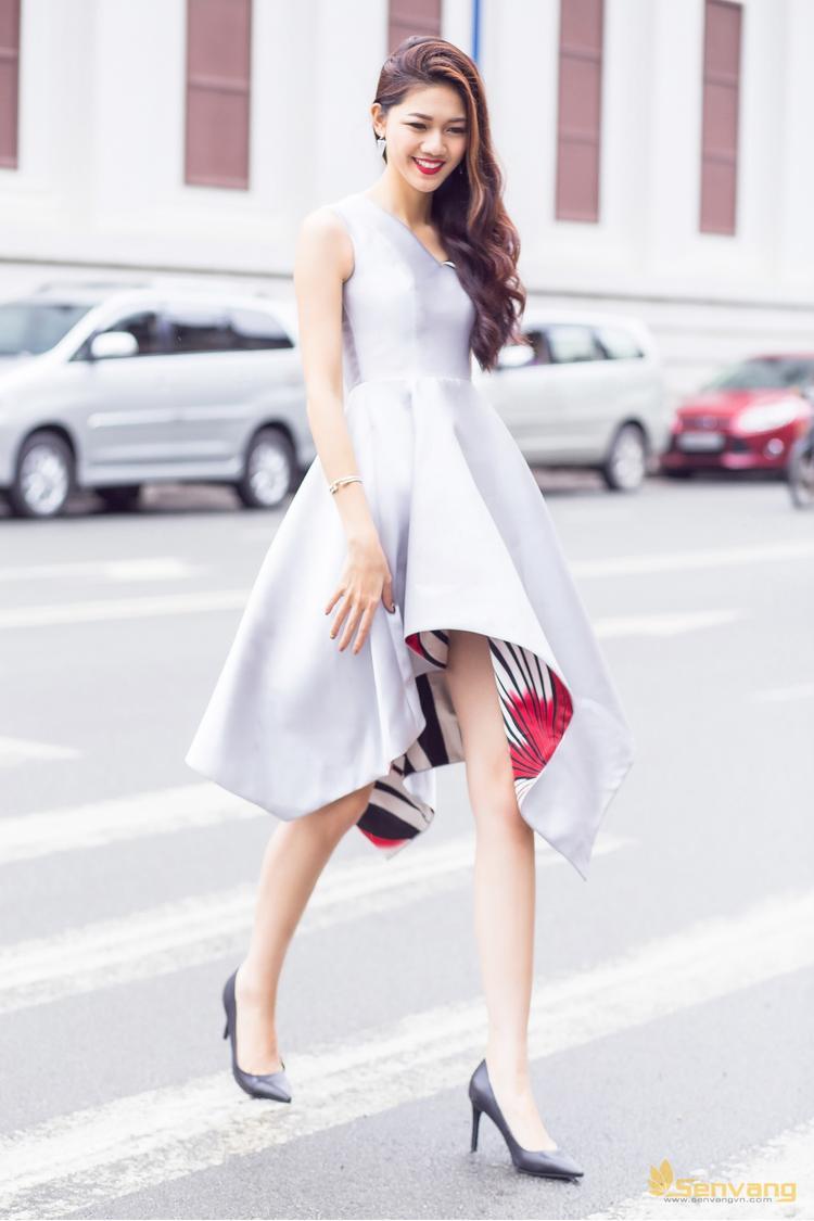 """Với chiều cao nổi bật 1,82m cùng đường cong quyến rũ, gương mặt xinh đẹp thanh thoát như chính cái tên, Thanh Tú giành ngôi Á hậu 1 Hoa hậu Việt Nam 2016. Được biết, ngoài nhan sắc """"vạn người mê"""", Thanh Tú vừa tốt nghiệp trường Học viện Ngoại giao và biết sử dụng 3 thứ tiếng Anh, Nhật, Pháp."""