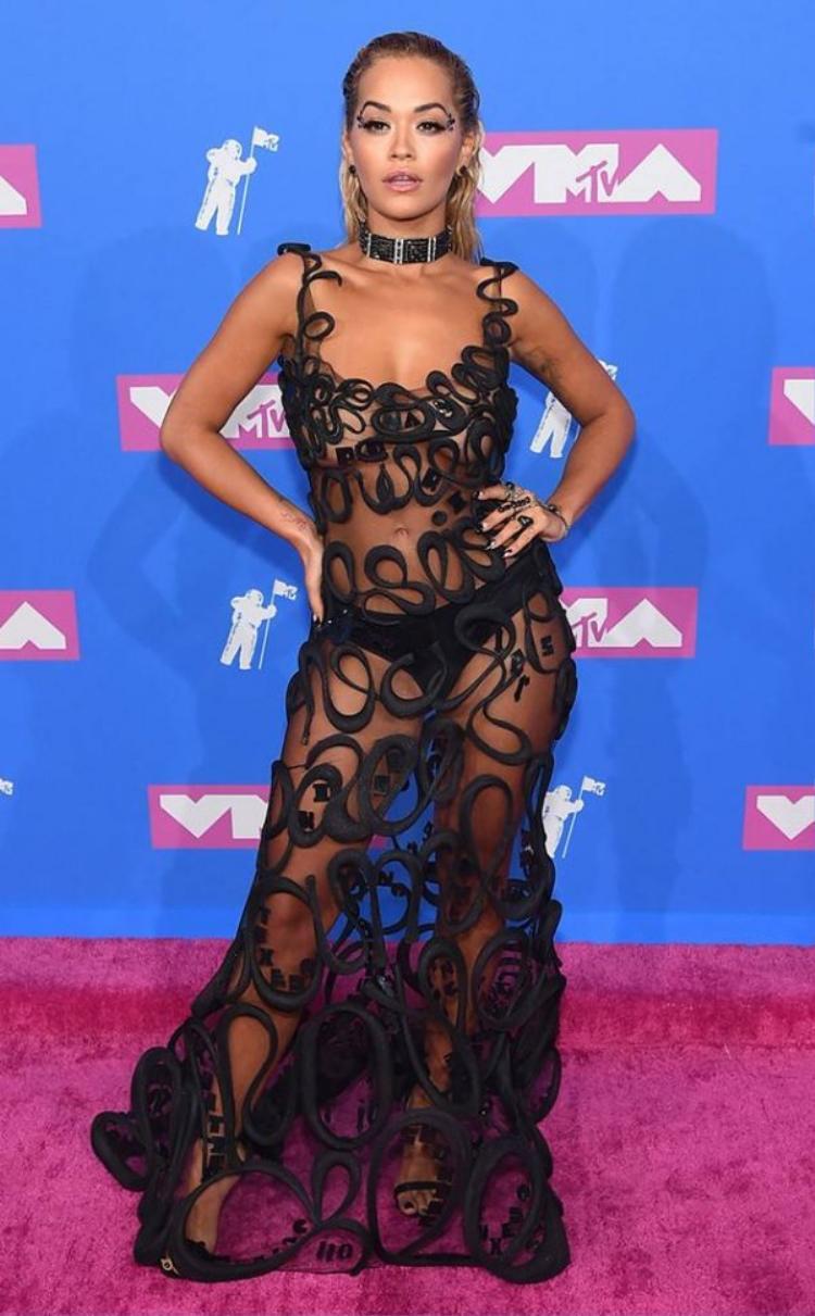 Rita Ora bị đánh giá là phô phang, hở bạo với chiếc váy soi rõ nội y trên thảm đỏ.