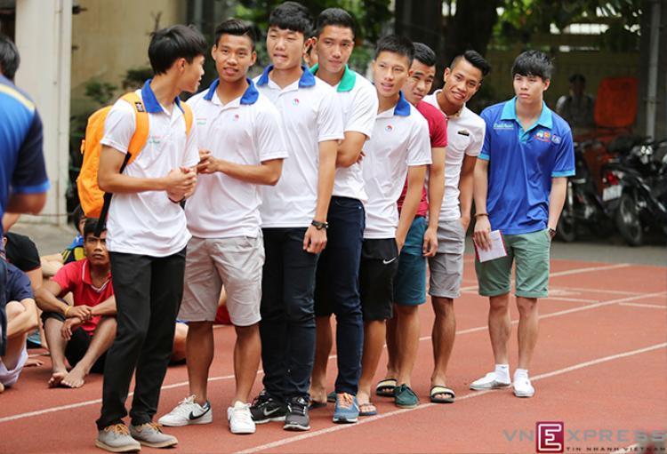 Hồi năm 2014, khi cáctuyển thủ U19 Việt Nam có mặt tại Trường Đại học Sư phạm TDTT TP HCM để tham dự phần thi năng khiếu trong đợt tuyển sinh Đại học - Cao đẳng 2014 thì tiền đạo Công Phượng vắng mặt vì chấn thương không thể đến dự thi. Ảnh: VnExpress.
