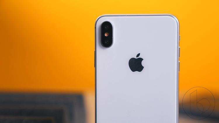 Cụm camera kép vẫn được xếp dọc theo chiều dài thân máy tương tự như trước đó. Nhiều người kì vọng iPhone 2018 sẽ có ít nhất một phiên bản có hệ thống ba camera sau, tuy nhiên điều này khả năng cao sẽ không trở thành hiện thực.