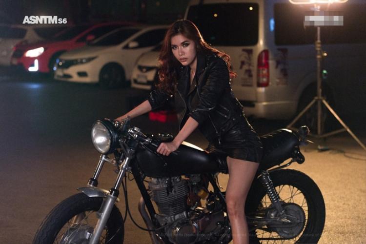 Minh Tú xuất hiện cùng chiếc mô tô, hình ảnh cực ngầu này có lẽ rất hợp với cá tính của siêu mẫu.