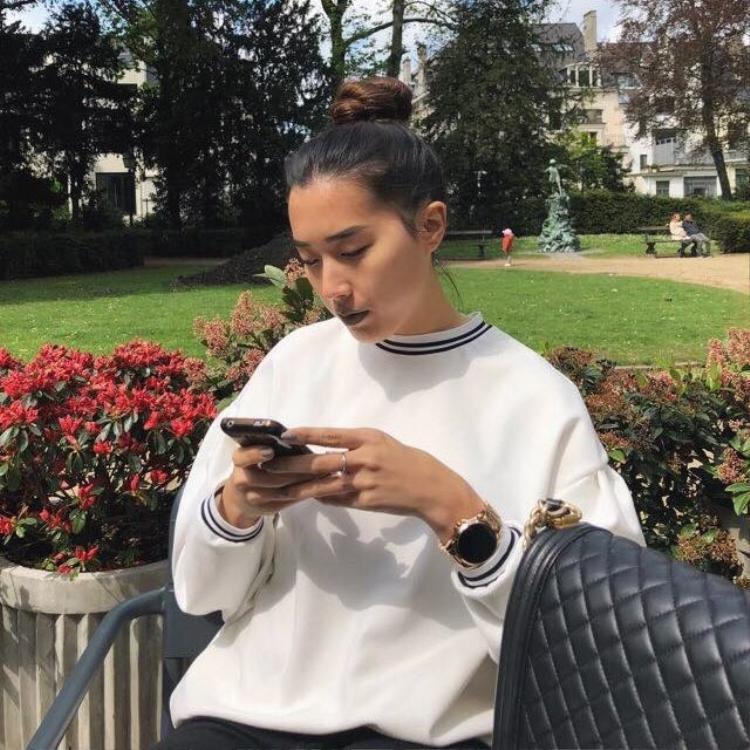 Bạn gái mới của Huỳnh Anh hiện đang học tập và sinh sống tại Bỉ.
