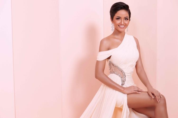 H'Hen Niê là người đẹp thứ 3 đăng quang danh hiệu Hoa hậu Hoàn vũ Việt Nam, sau Thùy Lâm và Phạm Hương. Từ khi chiến thắng, cô tích cực tham gia nhiều hoạt động thiện nguyện dù bận rộn chuẩn bị dự thi Miss Universe 2018.