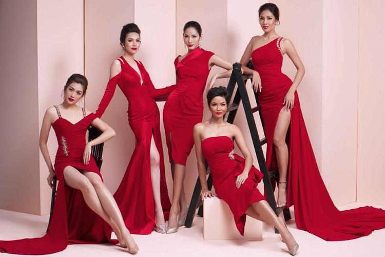 Nếu quyết định thay đổi một chút thì đầm màu đỏ cùng với son đỏ là một sự lựa chọn không tồi với nàng Hậu. Nó giúp cô trở nên quyến rũ, nổi bật và luôn là tâm điểm trong mọi hoàn cảnh.
