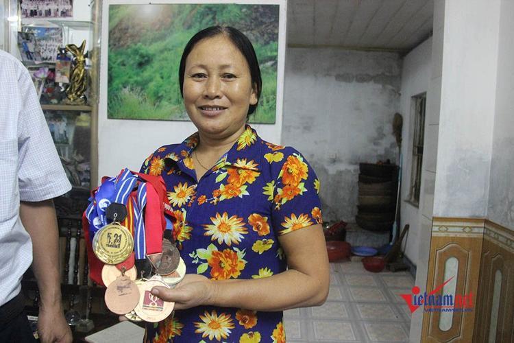 Bà Chuốt hạnh phúc khi con trai ghi bàn thắng. Ảnh Vietnamnet