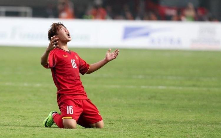 Khoảnh khắc Minh Vương giơ hai tay lên, nhắm mắt và ngước lên bầu trời.