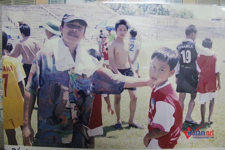 Bức ảnh Minh Vương chụp cùng cha mình vài ngày trước khi ông mất vì bị bệnh. Ảnh Vietnamnet
