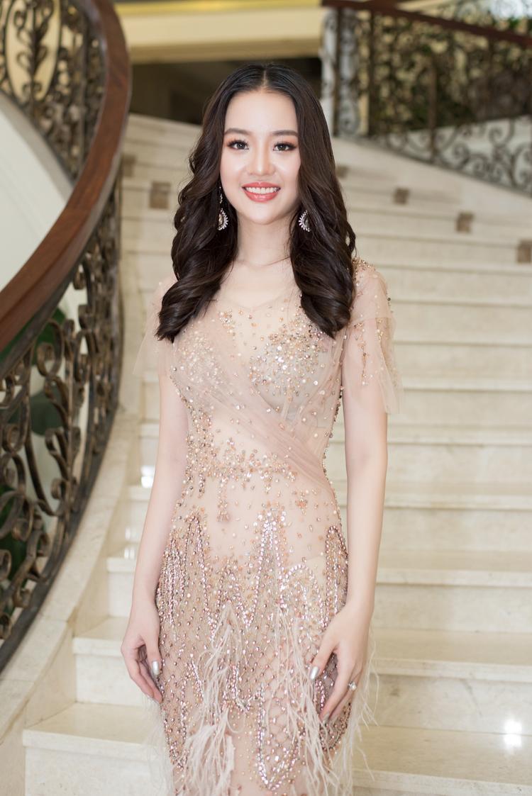 Chọn cho mình chiếc váy tôn dáng nhưng vẫn không kém phần sang trọng và gợi cảm, Hoàng Hải Thu nhanh chóng trở thành tâm điểm sự kiện.
