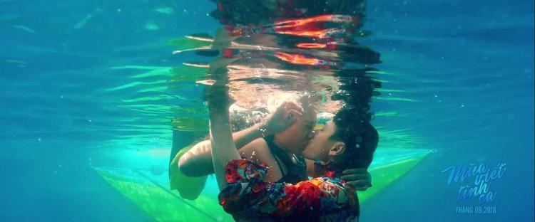 Và cả nụ hôn khó quên dưới nước.