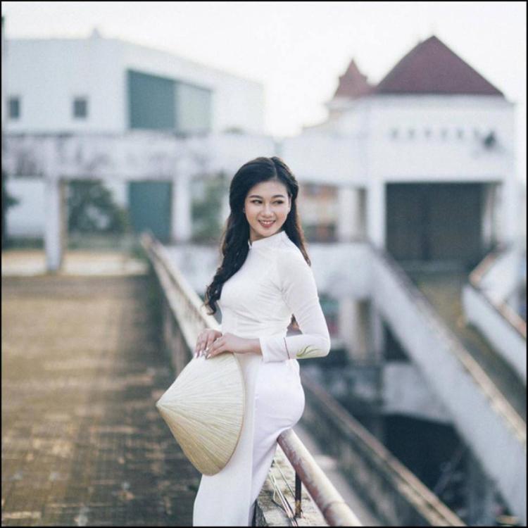 Không chỉ có những thân hình nóng bỏng, theo như đánh giá, cô nàng này còn có gương mặt khả ái, với đường nét đậm chất con gái Việt Nam truyền thống. Nhất là những bức ảnh 9x Quảng Trị trong trang phục áo dài, vừa đằm thắm, vừa dịu dàng, hoàn toàn đủ sức làm xiêu lòng bất kỳ chàng trai nào.