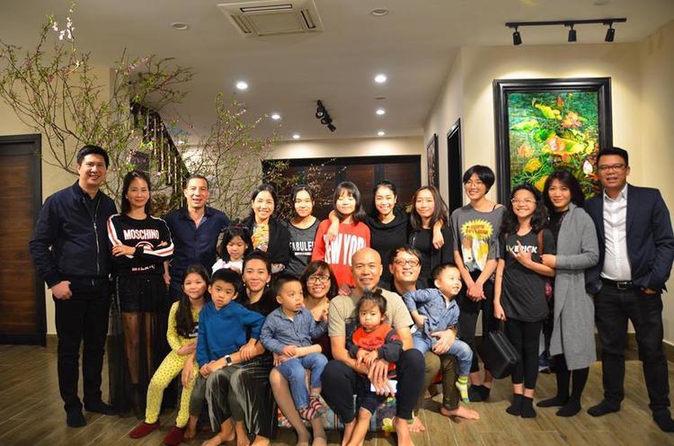Cô cũng khá thân thiết với gia đình ca sĩ Mỹ Linh và nhạc sĩ Anh Quân (Nân đứng thứ tư, từ phải sang)