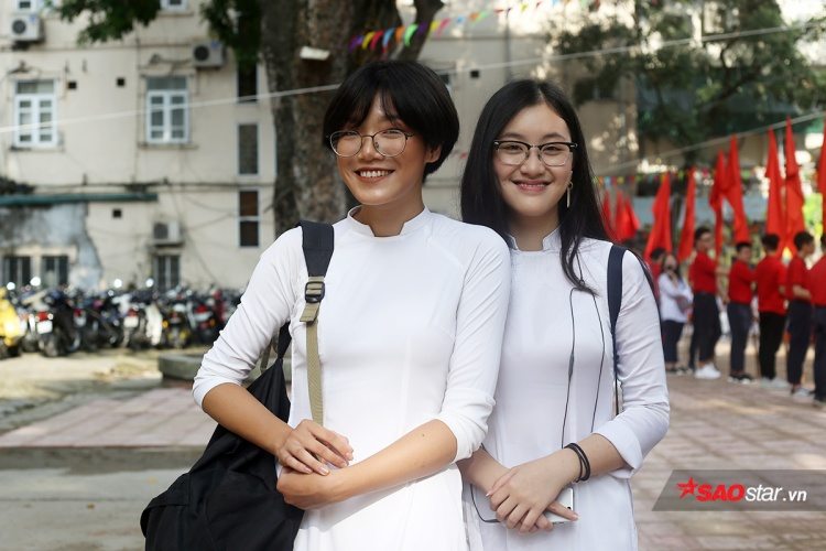 Nữ ca sĩ dòng nhạc Indie bất ngờ xuất hiện trong trang phục nền nã ngày khai trường ở THPT Việt Đức