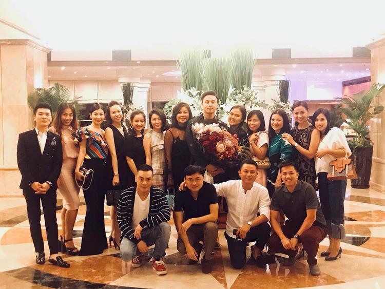 Bữa tiệc sinh nhật của Shark Khoa có rất nhiều bạn bè.