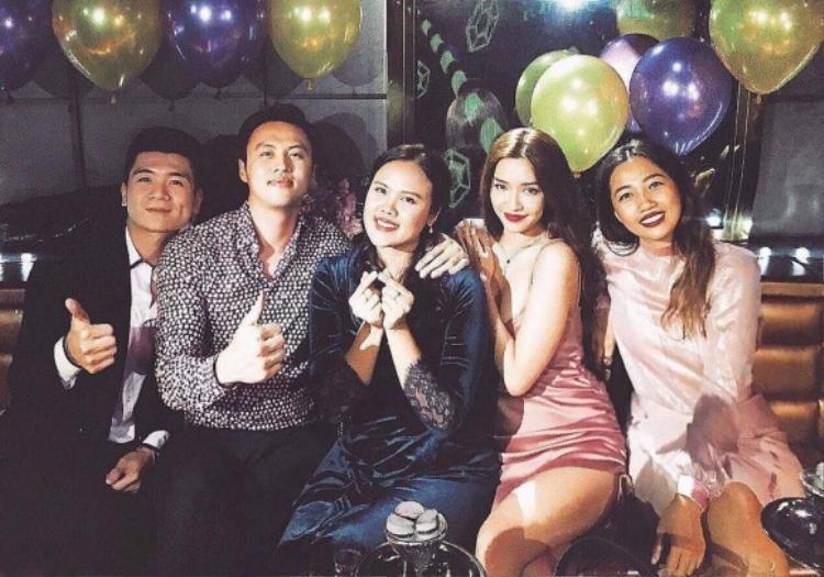 Bích Phương diện váy quyến rũ tham dự sinh nhật của Shark Khoa.
