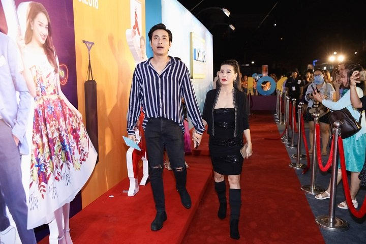 Trước đó, Kiều Minh Tuấn và Cát Phượng tay trong tay đi ra mắt phim.
