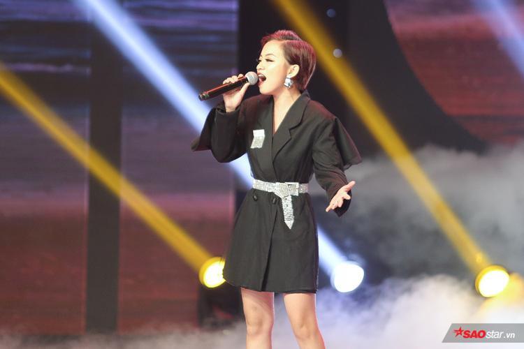Gia Nghi tái hiện Bên em là biển rộng trên sân khấu Siêu Mẫu Việt Nam ngay sau khi tốt nghiệp The Voice 2018