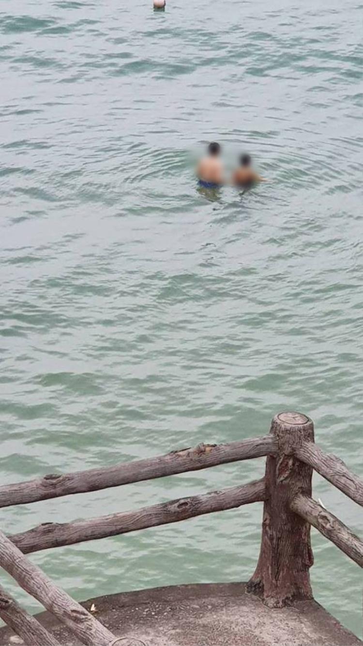 Nhận thấy ánh mắt tò mò từ phía du khách có mặt tại bãi biển, cặp đôi đã di chuyển ra xa.