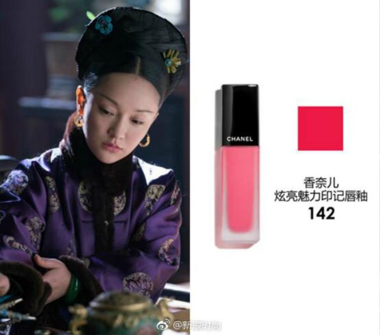 Tháng 10/2011, Châu Tấn chính thức trở thành gương mặt đại diện của Chanel tại Trung Quốc. Trước đó cô cũng thường xuyên góp mặt trong các show diễn của thương hiệu, cô cũng có mối quan hệ tốt với Giám đốc sáng tạo Karl Lagerfeld.