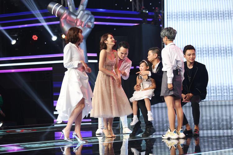 Tập 1 The Voice Kids: Hot như phim cung đấu, bộ sậu quyền lực tung chiêu độc để giành giựt thí sinh