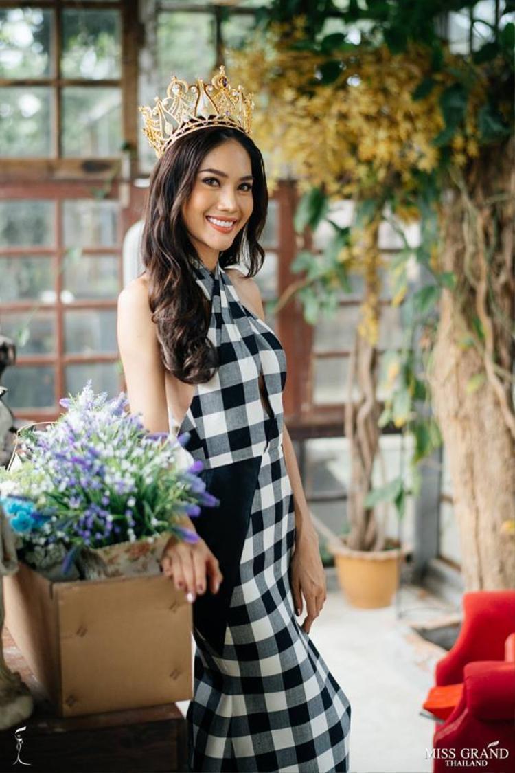 Tuy nhiên, bên cạnh vóc dáng quá đỗi bốc lửa của người đẹp sinh năm 1994, điểm khiến fan Việt chú ý đó chính là họa tiết kẻ sọc đen trắng của chiếc đầm.